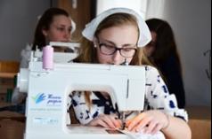 Новенькі швейні машинки отримали учениці Боголюбської школи, що на Волині